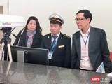 Ông Đặng Quang Tấn – Phó Cục trưởng Cục Y tế dự phòng, Bộ Y tế kiểm tra công tác phòng chống dịch bệnh tại sân bay. Ảnh: Minh Thúy