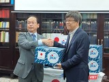 Cơ quan Hợp tác Quốc tế Nhật Bản (JICA) trao tặng lô hàng viện trợ cho Viện Vệ sinh Dịch tễ Trung ương để ứng phó với nCoV. Ảnh: Minh Thúy