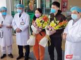 2 bệnh nhân mắc COVID-19 khỏi bệnh ra viện. Ảnh: Minh Thúy