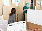 Bác sĩ thăm hỏi tình hình sức khoẻ người dân (Ảnh - Minh Thuý)