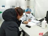 Bác sĩ thăm hỏi tình hình bệnh nhân tại Bệnh viện Bạch Mai. Ảnh: Minh Thúy