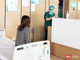 Bác sĩ thăm hỏi tình hình sức khoẻ bệnh nhân (Ảnh - Minh Thuý)