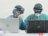 Nhân viên y tế làm việc tại trạm xét nghiệm nhanh COVID-19. Ảnh: Minh Thúy