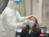 Nhân viên y tế lấy mẫu xét nghiệm (Ảnh: Hoàng Anh)