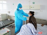 Bác sĩ khám cho bệnh nhân mắc COVID-19 (Ảnh - Hoàng Anh)