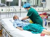 Bác sĩ chăm sóc cho bác gái bệnh nhân 17 mắc COVID-19 nặng. Ảnh: Minh Thúy