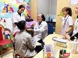 PGS. TS. Nguyễn Tiến Dũng thăm khám cho bệnh nhi. Ảnh: Thanh Hằng