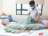 BS. Nguyễn Thanh Sơn – Khoa Ngoại Thần kinh – Chấn thương Chỉnh hình, Bệnh viện Hữu Nghị thăm khám cho bệnh nhân. Ảnh: Minh Thúy