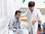 PGS. TS. Bùi Vũ Huy thăm hỏi tình hình bệnh nhi bị viêm não đang điều trị tại Khoa Nhi, Bệnh viện Bệnh Nhiệt đới Trung ương. Ảnh: Minh Thúy