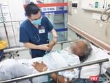 Bác sĩ thăm khám cho bệnh nhân bị đột quỵ đang điều trị tại Khoa Cấp cứu A9, Bệnh viện Bạch Mai. Ảnh: Minh Thúy