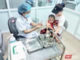Bác sĩ tiêm vaccine cho trẻ (Ảnh: Minh Thúy)
