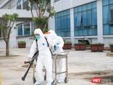 Phun khử khuẩn phòng COVID-19 tại Bệnh viện Bệnh Nhiệt đới Trung ương (Ảnh - Minh Thuý)