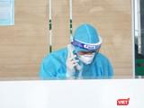 Nhân viên y tế trực cấp cứu tại Bệnh viện Bệnh Nhiệt đới Trung ương (Ảnh: Minh Thúy)