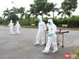 Nhân viên y tế phun khử khuẩn ở bệnh viện (Ảnh - Minh Thuý)