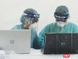 Nhân viên y tế làm việc ở trạm xét nghiệm COVID-19 (Ảnh - Minh Thuý)