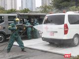 Nhân viên y tế phun khử khuẩn xe cấp cứu (Ảnh - Minh Thuý)