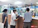 Người dân đi mua thuốc ở bệnh viện (Ảnh: Minh Thuý)