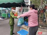 Người dân gửi thực phẩm vào bên trong khu vực phong toả vì COVID-19 (Ảnh - Minh Thuý)