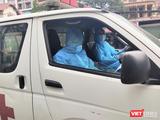 Nhân viên y tế lái xe cấp cứu trước khu vực cách ly COVID-19 (Ảnh - Minh Thuý)