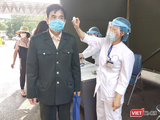 Kiểm tra thân nhiệt cho người dân trước khi vào bệnh viện (Ảnh - Minh Thuý)