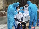 Nhân viên y tế lấy mẫu xét nghiệm COVID-19 (Ảnh chụp màn hình - nguồn Cổng TTĐT TP. Hải Phòng)