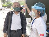 Người dân được kiểm tra nhiệt độ trước khi vào bệnh viện (Ảnh - Minh Thuý)