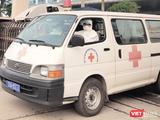 Xe cấp cứu chở bệnh nhân (Ảnh - Minh Thuý)