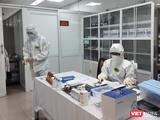 Nhân viên y tế trong phòng xét nghiệm (Ảnh - Minh Thuý)