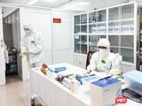Nhân viên y tế chuẩn bị lấy mẫu cho tình nghiêm viên tiêm vaccine phòng COVID-19 (Ảnh - Minh Thuý)