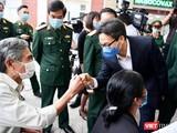 Phó Thủ tướng Vũ Đức Đam động viên, thăm hỏi tình nguyện viên tiêm thử nghiệm vaccine phòng COVID-19 (Ảnh - Hoàng Anh)