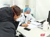 Bác sĩ khám bệnh cho người dân (Ảnh - Minh Thuý)