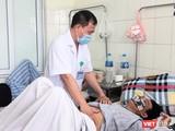 BS. Hưng khám cho bệnh nhân viêm màng não (Ảnh - Minh Thuý)