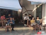 Người dân Hà Nội ngồi uống cà phê (Ảnh - Minh Thuý)
