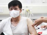 Thứ trưởng Bộ Y tế Trương Quốc Cường tiêm vaccine phòng COVID-19 trong sáng nay, ngày 6/5 (Ảnh - Minh Thuý)