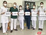 ThS. BS. Đới Ngọc Anh (áo xanh thứ 4 từ trái sang) cùng đồng nghiệp ở Đơn vị điều trị COVID-19 tầng 8 tại Bệnh viện Bệnh Nhiệt đới Trung ương cơ sở 2 (Ảnh - BS. Đới Ngọc Anh)
