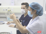 Nhân viên y tế chuẩn bị tiêm vaccine (Ảnh - Minh Thuý)
