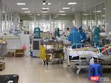Các bác sĩ thức xuyên đêm cấp cứu cho bệnh nhân mắc COVID-19 nặng ở Bệnh viện Bệnh Nhiệt đới Trung ương (Ảnh - Đặng Thanh)