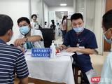 Bác sĩ khám sàng lọc cho người dân trước khi tiêm vaccine phòng COVID-19 (Ảnh - Minh Thuý)