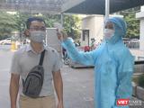 Kiểm tra nhiệt độ cho người dân trước khi vào bệnh viện (Ảnh - Minh Thuý)