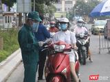 Người dân xếp hàng dài chờ kiểm tra giấy tờ ở chốt kiểm soát phòng, chống dịch COVID-19 (Ảnh - Minh Thuý)