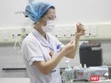 Nhân viên y tế chuẩn bị tiêm vaccine COVID-19 cho người dân (Ảnh - Minh Thuý)