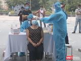 Nhân viên y tế lấy mẫu xét nghiệm COVID-19 cho người dân (Ảnh - Minh Thuý)