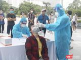 Người dân được lấy mẫu xét nghiệm COVID-19 (Ảnh - Minh Thuý)