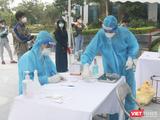 Nhân viên y tế làm việc liên tục để lấy mẫu xét nghiệm COVID-19 cho người dân (Ảnh - Minh Thuý)