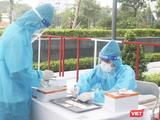 Nhân viên y tế ghi chép mẫu xét nghiệm COVID-19 của người dân (Ảnh - Minh Thuý)
