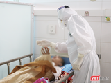 Bác sĩ khám cho bệnh nhân được chuyển từ BV Việt Đúc sang (Ảnh - Minh Thuý)