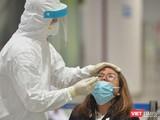 Nhân viên y tế lấy mẫu xét nghiệm COVID-19 ở sân bay (Ảnh - Hoàng Anh)