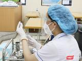 Nhân viên y tế chuẩn bị tiêm vaccine COVID-19 (Ảnh - Minh Thuý)