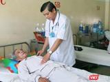 Bác sĩ chăm sóc cho bệnh nhân sốt xuất huyết. Ảnh: Minh Thảo