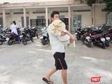 Gia đình đưa trẻ đến Bệnh viện Nhi đồng 2 cấp cứu (Ảnh minh họa)